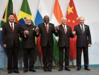 Лидеры стран БРИКС во время совместного фотографирования