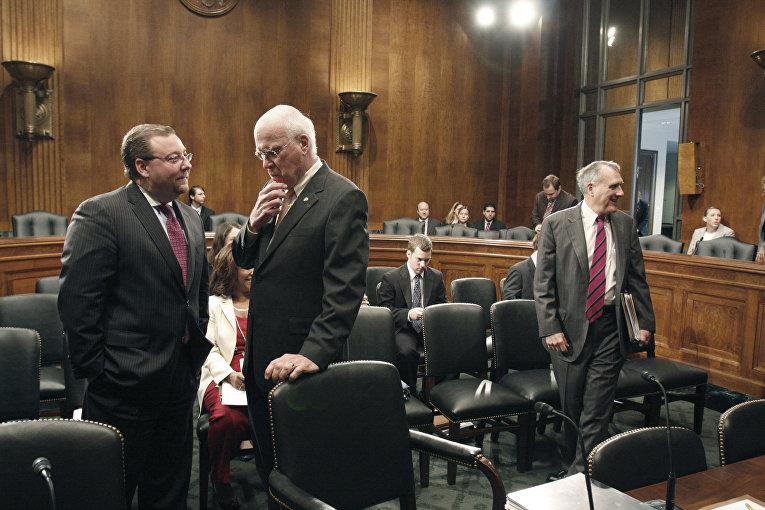 Брайан Бенчковски беседует с председателем Юридического комитета Сената США Патриком Лихи
