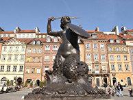 Варшавская сирена, символ города, на рыночной площади в Варшаве, Польша