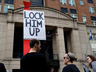 Протестующие у здания окружного суда во время судебного процесса над Полом Манафортом