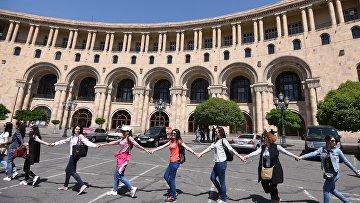 Сторонники лидера оппозиции в Армении Никола Пашиняна на площади Республики в Ереване.