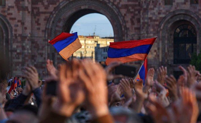 Сторонники лидера оппозиции в Армении Никола Пашиняна на митинге на площади Республики в Ереване