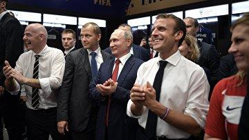 Президент РФ Владимир Путин, президент FIFA Джанни Инфантино (слева), президент Франции Эмманюэль Макрон (в центре) и президент Хорватии Колинда Грабар-Китарович поздравляют сборную Франции после финального матча чемпионата мира по футболу