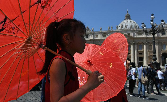 Китайская девочка в Ватикане во время обращения Папы Франциска