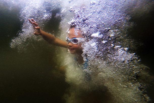 Девочка после прыжка в воду в национальном парке Акадия