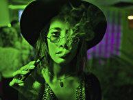 Девушка курит «вейп» в клубе в Лос-Анжелесе, США