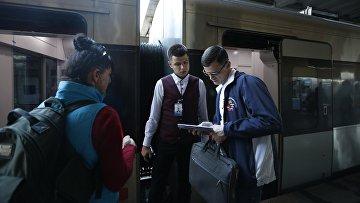 Пассажиры на центральном железнодорожном терминале в Киеве, Украина