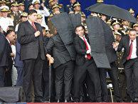 Сотрудники службы безопасности во время покушения на президента Венесуэлы Николаса Мадуро. 4 августа 2018
