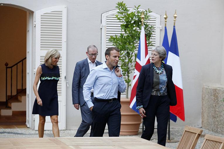 Президент Франции Эммануэль Макрон и его жена Бриджит Макрон во время встречи с премьер-министром Великобритании Терезой Мэй, и ее мужем Филиппом Мэем