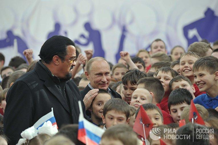 Владимир Путин и Стивен Сигал в новом спортивном дворце на территории учебно-спортивного комплекса «Самбо-70»
