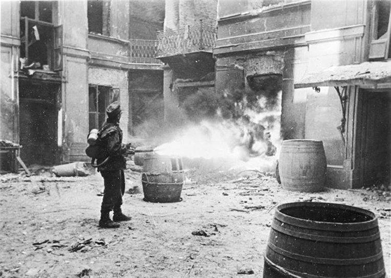 Немецкий огнеметчик на улице Варшавы. 11-ое сентября 1944