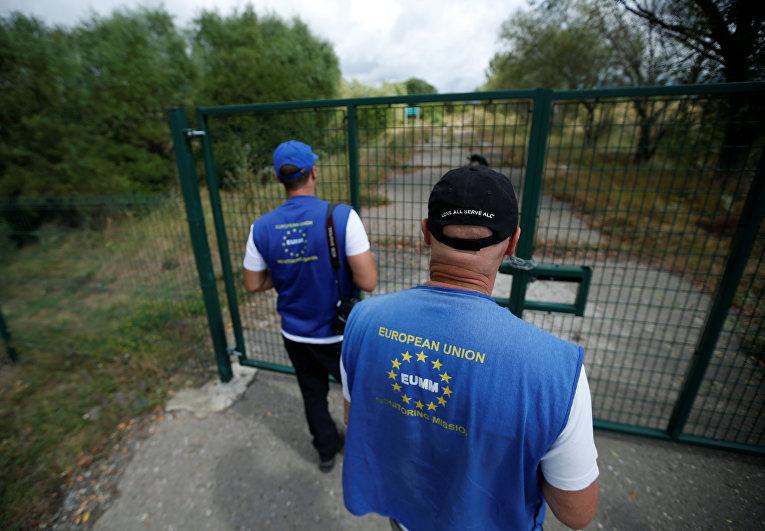 Члены мониторинговой миссии Европейского Союза на границе Южной Осетии в городе Дитси, Грузия