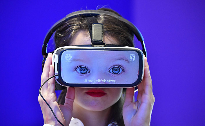 Посетитель выставки потребительской электроники IFA в Берлине