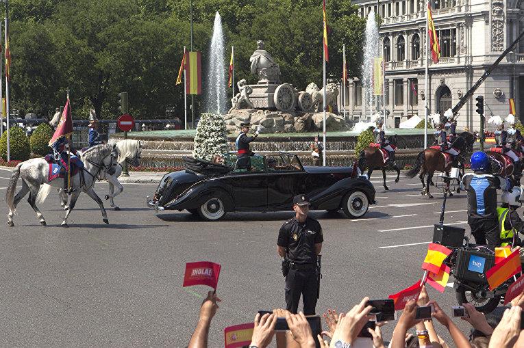 Коронованный король Испании Фелипе VI а улице Мадрида