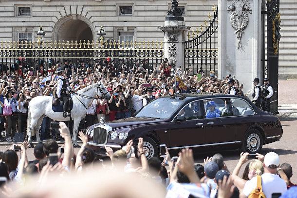 Королева Великобритании Елизавета II выезжает из Букингемского дворца в Лондоне