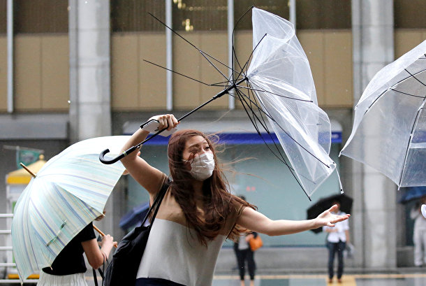 Сильный ветер в предверии приближения тайфуна Шаньшань в Токио