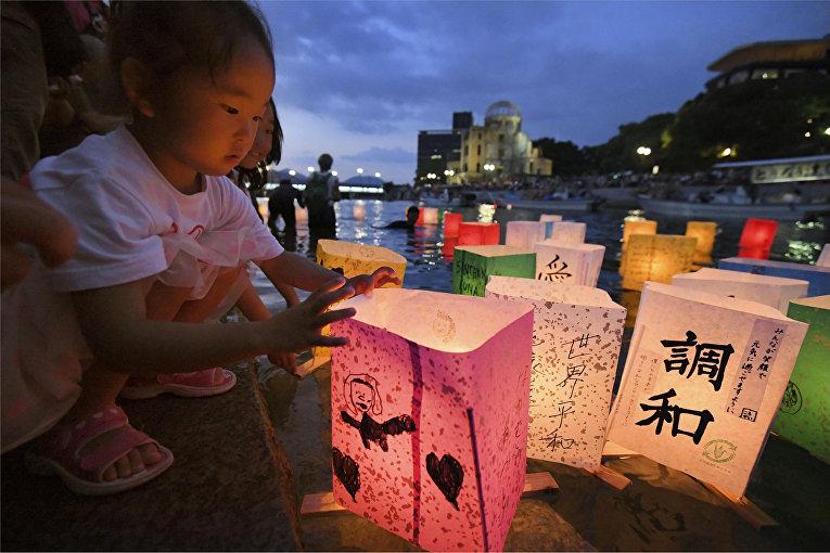Бумажные фанарики в память о жертвах атомной бомбардировки Хиросимы, Япония