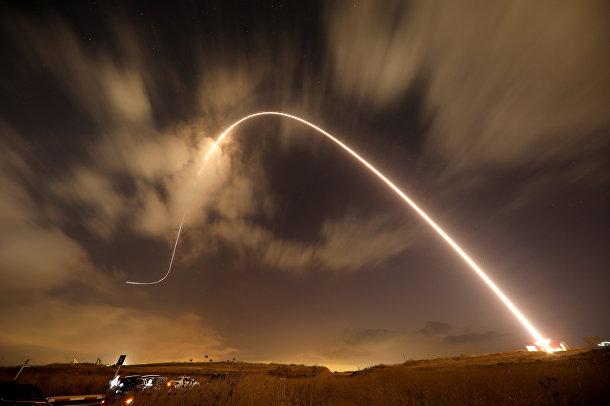 Израильская противоракетная система «железный купол» перехватывает, запущенную со стороны сектора Газа ракету