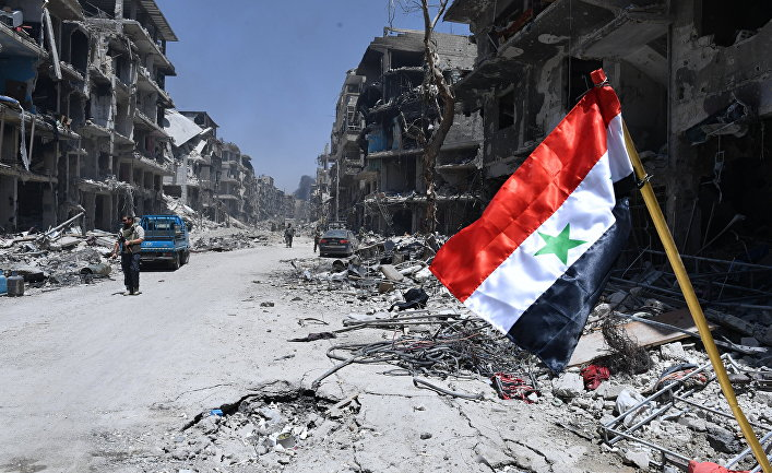 "Флаг Сирии в освобожденном лагере палестинских беженцев ""Ярмук"" на юге Дамаска"