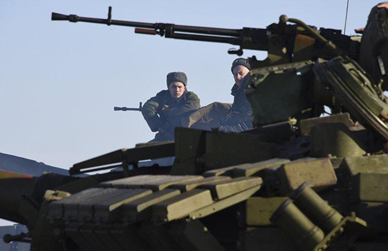 Блокпост пророссийских ополченцев к северу от Луганска