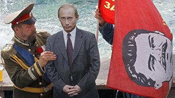 Мужчина, в образе Николая II в ожидании туристов на Красной площади в Москве