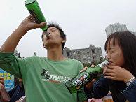Участники конкурса по выпиванию пива в китайском городе Хэфэй