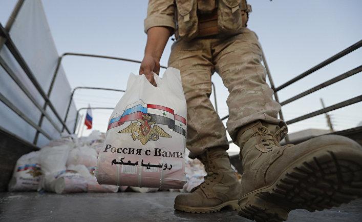 Распределение продовольственной помощи среди местных жителей на окраине Дамаска, Сирия