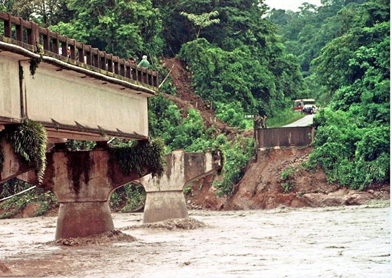 Боливия: В декабре во время наводнения в этой южноамериканской стране водными потоками снесло мост через реку Чапаре