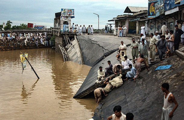 Пакистан: 5 августа во время сильных мусонных дождей в Мардане обрушился мост