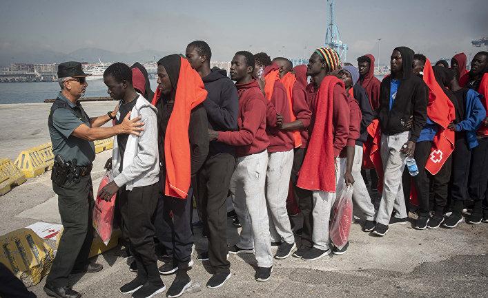Группа мигрантов, спасенных в Гибралтарском проливе