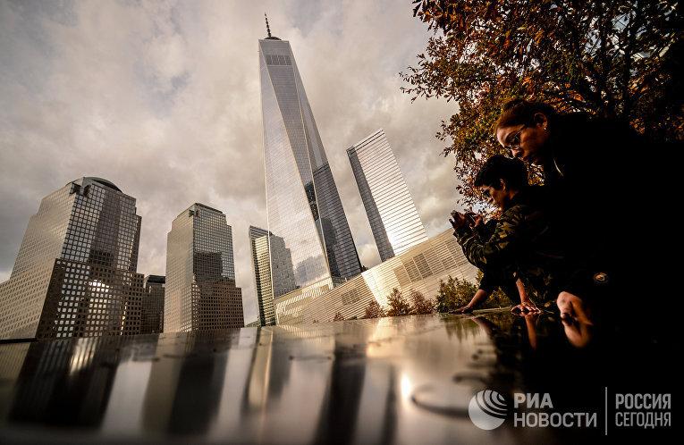 Туристы у национального мемориала 11 сентября в Нью-Йорке