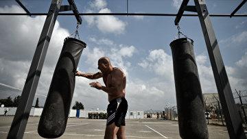"""Военнослужащий занимается спортом на авиабазе """"Хмеймим"""" в сирийской провинции Латакия"""