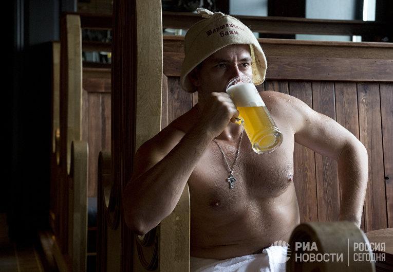 Посетитель отдыхает после процедур в Варшавских общественных банях в Москве