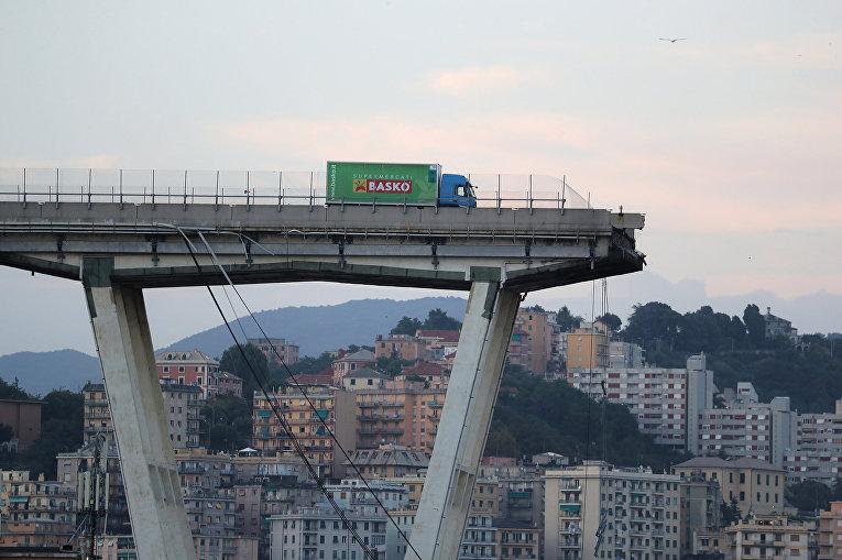 Грузовик на обрушевшимся автомобильном мосту Моранди в Генуе