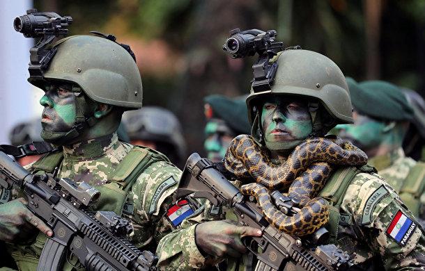 Участники военного парада в Асунсьоне, Парагвай