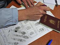 Выдача разрешения на временное проживание гражданину Украины в отделении по вопросам гражданства РФ. Архивное фото
