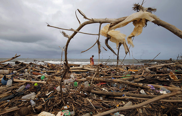 Пластиковые отходы на набережной Индийского океана