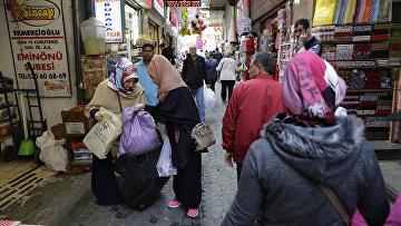 Покупатели на рынке в Стамбуле, Турция