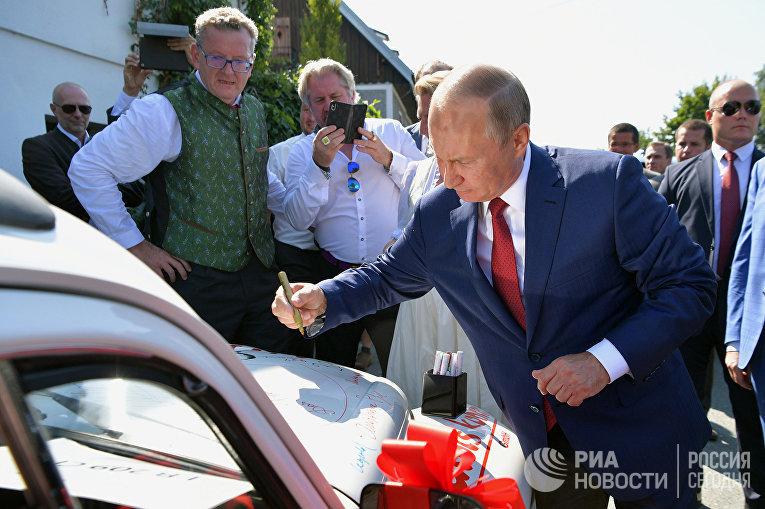 Президент РФ Владимир Путин на свадьбе министра иностранных дел Австрии Карин Кнайсль