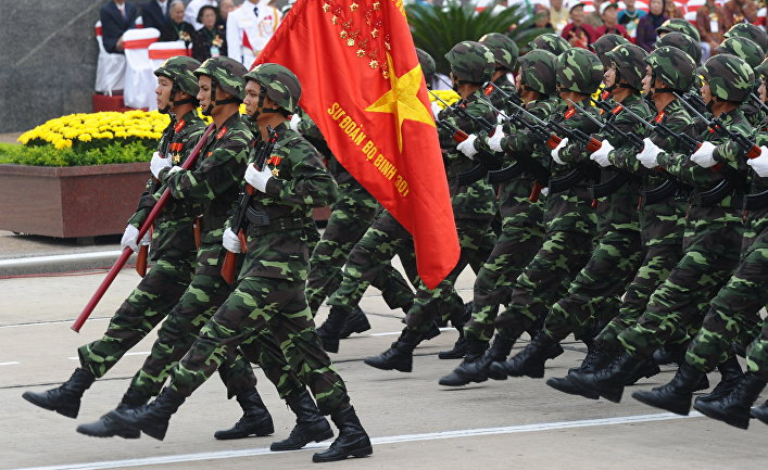 Солдаты маршируют перед мавзолеем покойного президента Хо Ши Мина во Вьетнаме