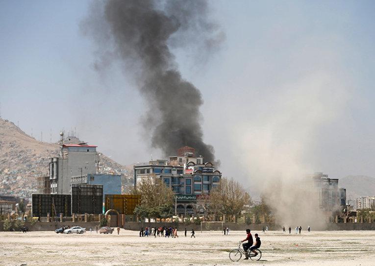 Дым на месте нападения боевиков в Кабуле, Афганистан
