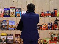 Посетитель на продуктовой ярмарке в Берлине