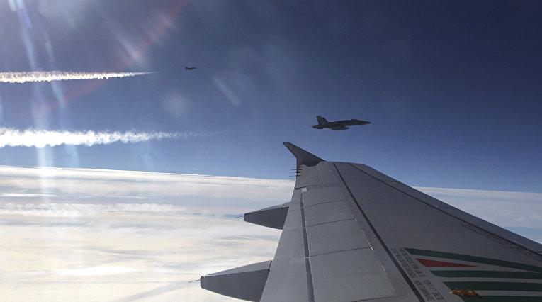 Испанские истребители сопровождают самолет с папой Бенедиктом XVI в небе над Испанией