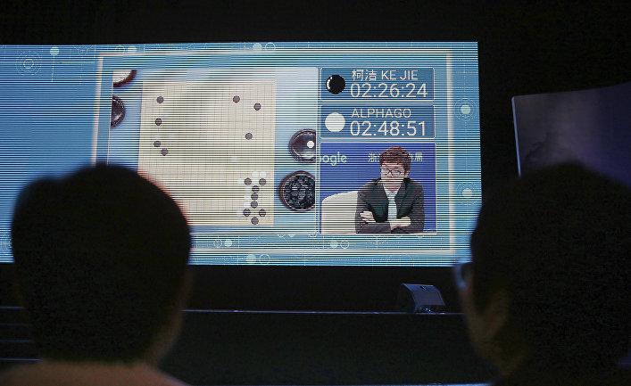 Зрители наблюдают за игрой Ke Jie против программы искусственного интеллекта AlphaGo во время саммита в Китае. 23 мая 2017