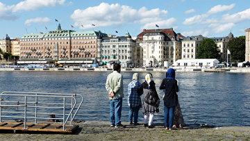 Мусульманская семья на набережной в Стокгольме, Швеция