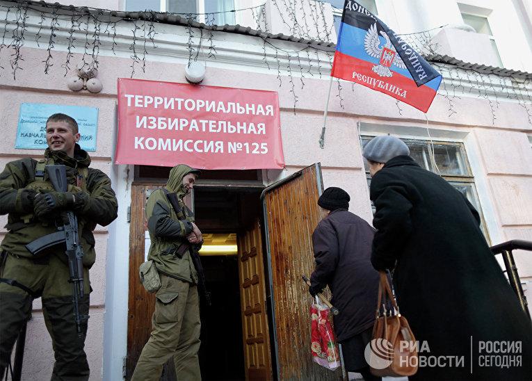 Жители Донецка у входа на избирательный участок №125 на выборах главы ДНР и депутатов Народного Совета республики.