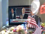 Репортах по телевидению о покойном менаторе США Джоне Маккейне в Фениксе, штат Аризона