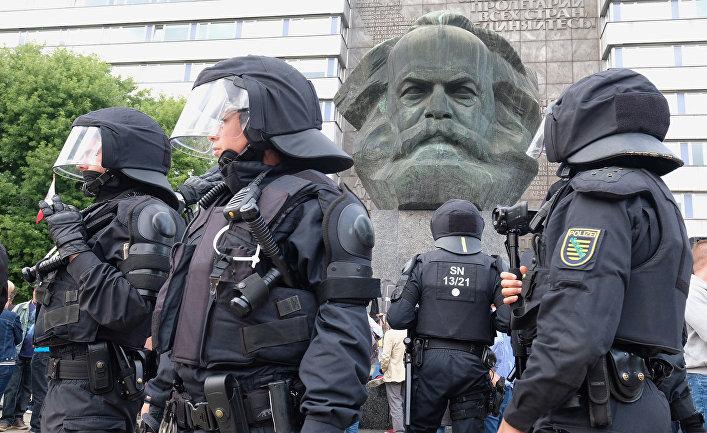 Полицейский патруль рядом со скульптурой Карла Маркса в Хемнице, Германия