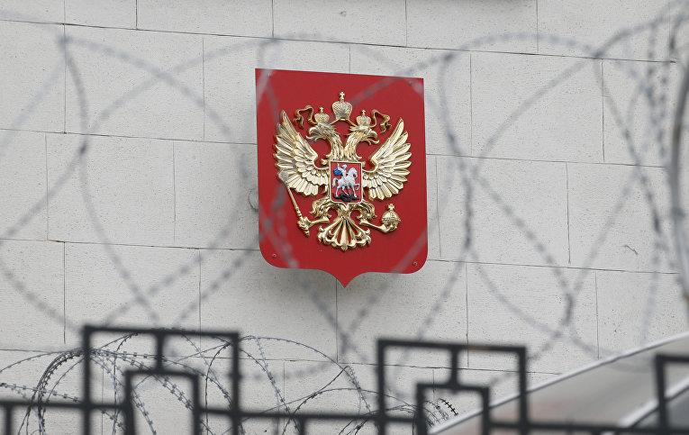 Герб РФ на здании посольства России в Киеве