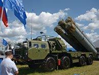 """Пусковая установка зенитно-ракетного комплекса С-400 """"Триумф"""" на Международном авиационно-космическом салоне МАКС-2017"""